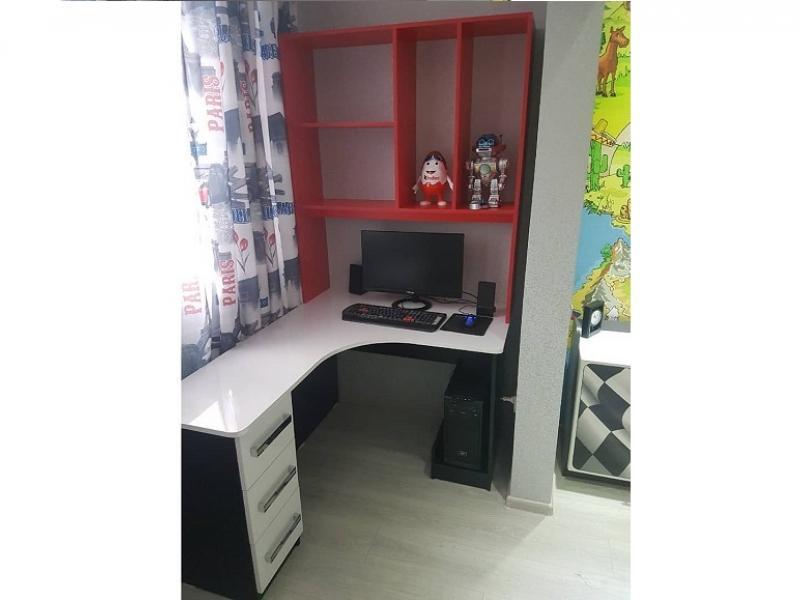 Рабочий компьютерный стол