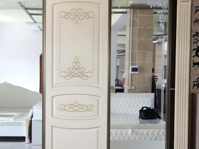 Шкаф из массива в спальню белый