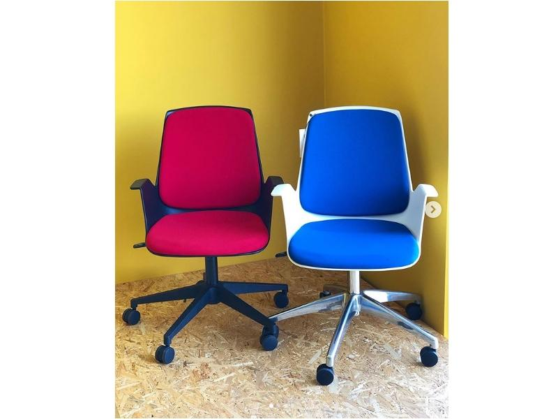 Стильное офисное кресло